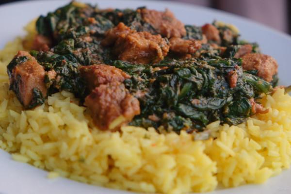 Serveer het spanazie/kip-mengsel over de rijst.