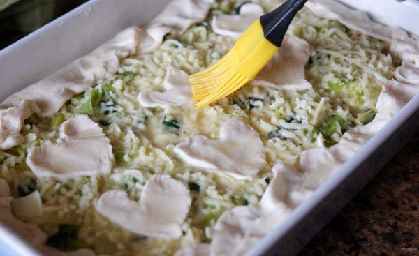 Strooi de rest van de kaas over je groentemengsel. Vouw de randen van het bladerdeeg naar binnen. Als je bladerdeeg over hebt kun je leuke vormen maken, en smeer die in met een beetje olie.