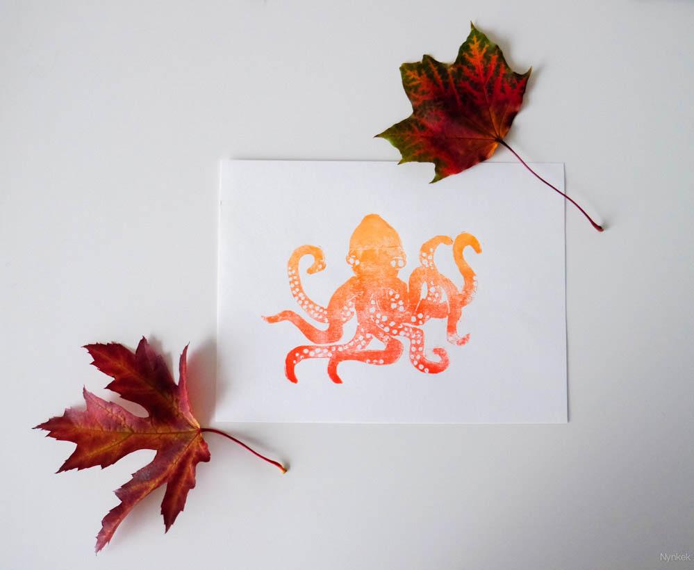 Geel-rood kleurverloop octopusprint met herfstbladeren