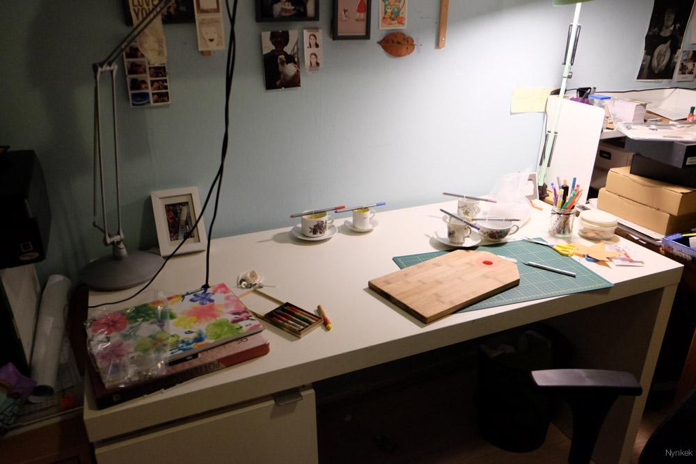 De rest van het bureau staat ook vol.