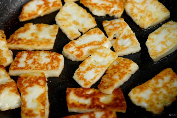 Snij de halloumi in grote plakken ( 3cm bij 1 cm). Maak de plakken niet te dun, maar zo'n 0,5 cm. Bak de haloumi met wat olie tot die mooi bruin wordt.