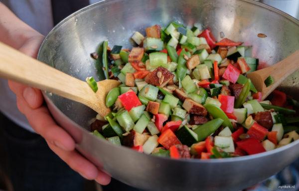 Meng alles door elkaar en voeg eventueel wat zout en peper toe. KLAAR. Eet smakelijk! :)