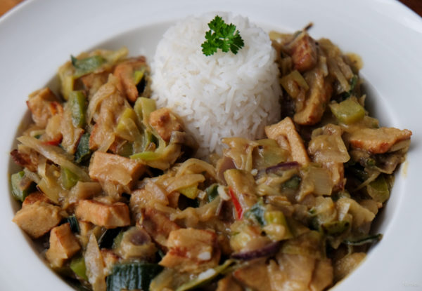 Serveer de rijst met de currypasta ernaast.