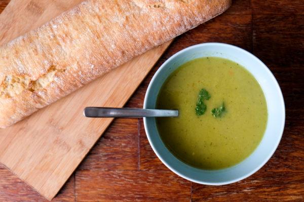 Serveer de courgette-prei-soep met de ciabatta en verse peterselie erop.