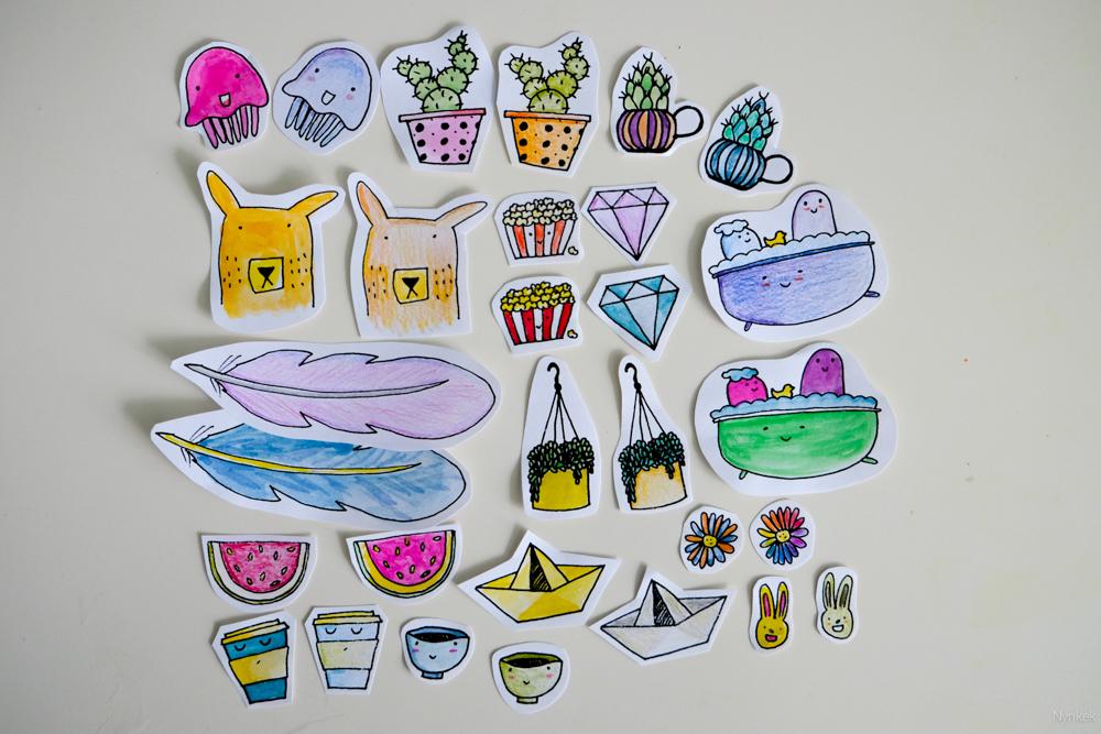 Zelfgemaakte stickers ingekleurd met waterverf en potlood