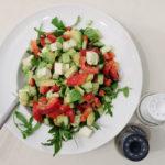 Avocadosalade met rucola en tomaat