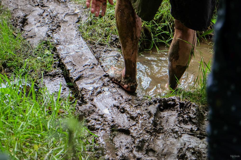 Even voeten schoonspoelen in het warme water.