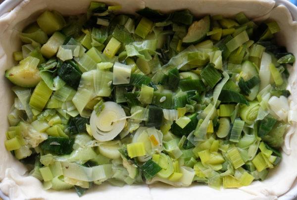 Vet je ovenschaal in en beleg met het bladerdeeg. Prik met een vork gaatjes in het bladerdeeg. Vul deze met het gebakken groentemengsel en giet daarna het crème fraîche/ei-mengsel er overheen.