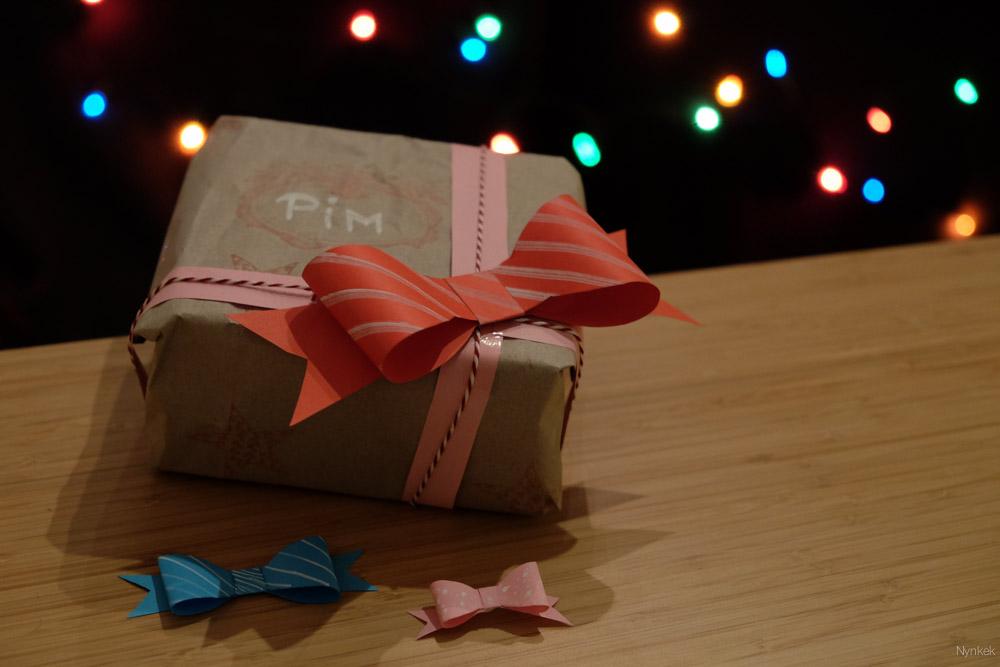 Bokeh creëren voor een kerstsfeer. Daarvoor moeten de lampjes best ver achter het object zitten en de kamer moet donker zijn. En dan moet de achtergrond nog mooi egaal worden.