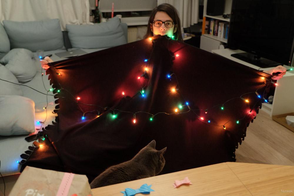 Oplossing: Pim houdt een fleecedeken met kerstlapjes vast. Hahaha.