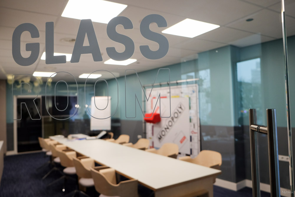 Glass room met monopoly-bord
