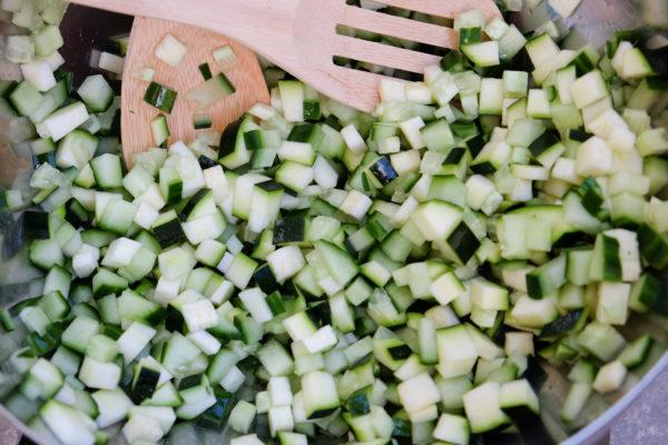 Was de courgette en komkommer goed en snij ze in kleine blokjes. Meng deze in een grote (sla)bak.