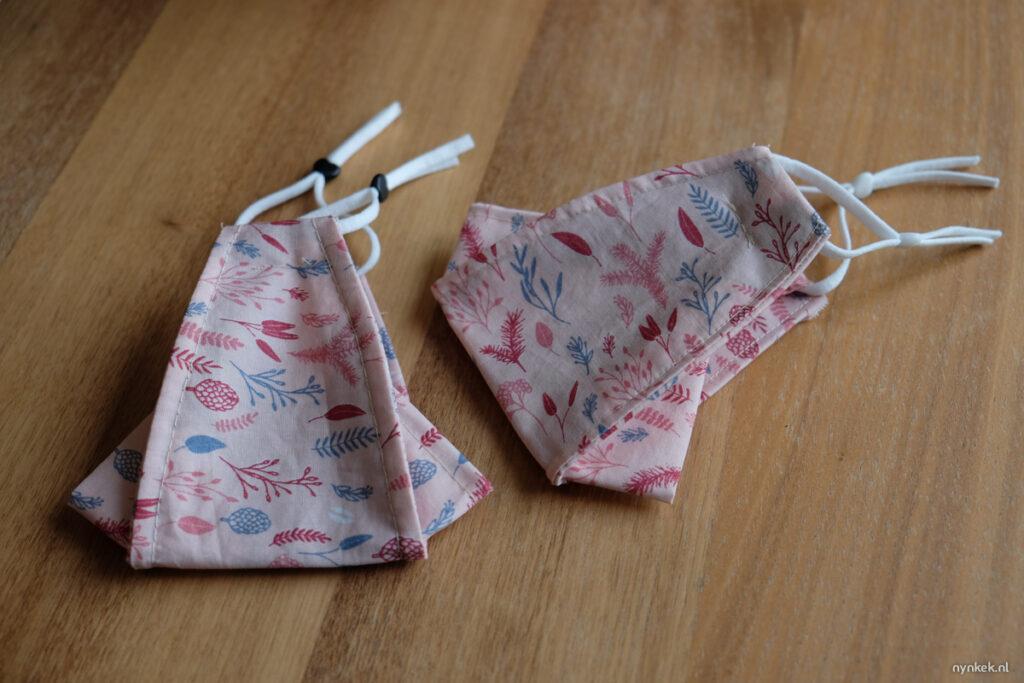 twee roze mondkapjes waarbij je bril niet beslaat
